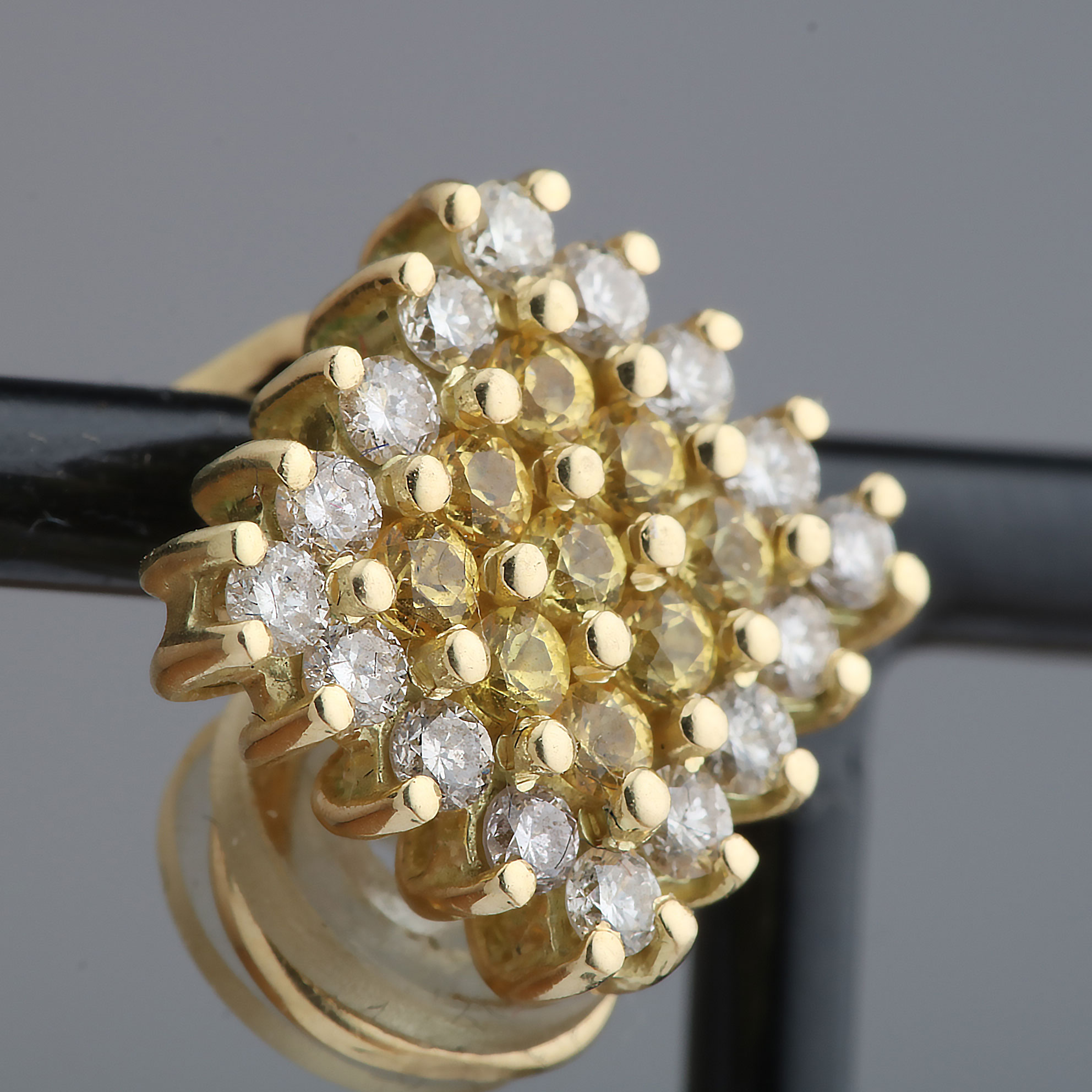 Ørepynt m. klips, gult gull, diamant (0,96 ct), safir (0,54 ct)