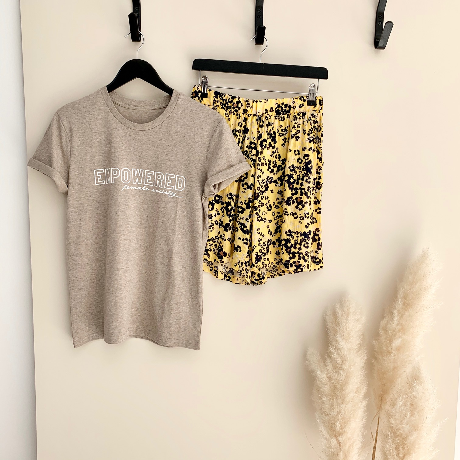 Empowered female society T-shirt Stone
