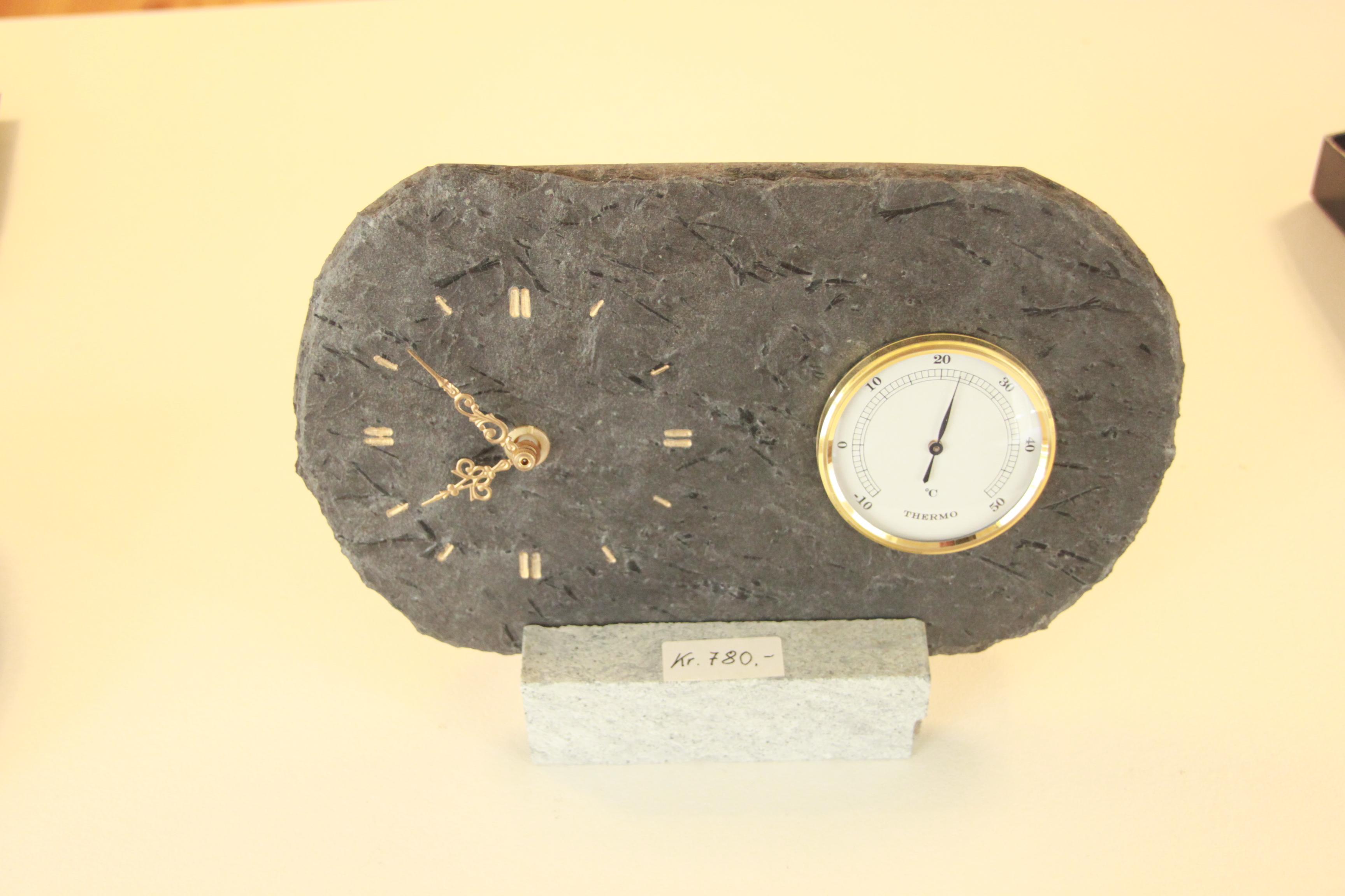 281 Skifer Termometer og klokke på kleberstett