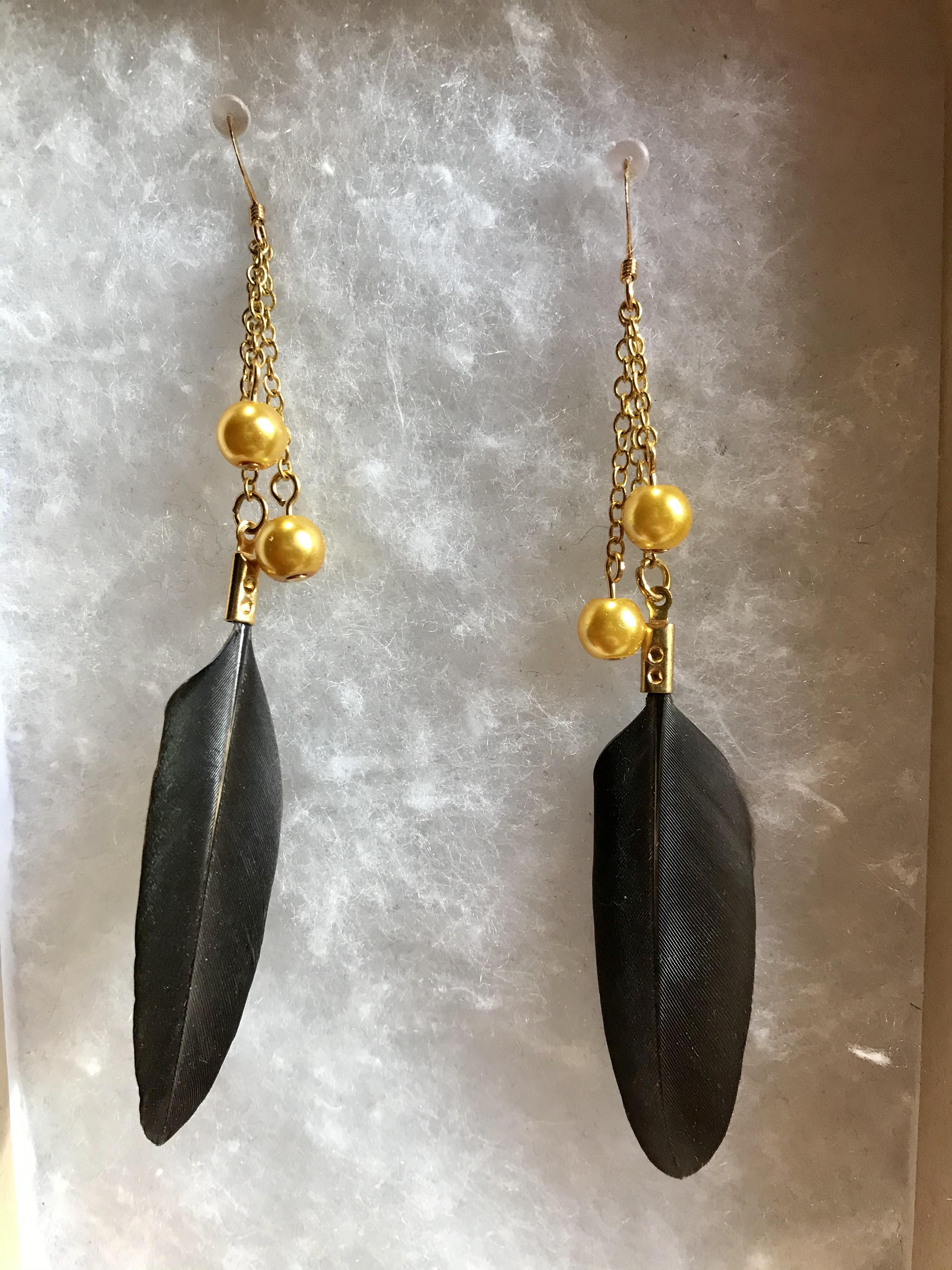 Vuonue: Kultakanan helmet -korvakorut kullanvärisillä helmillä