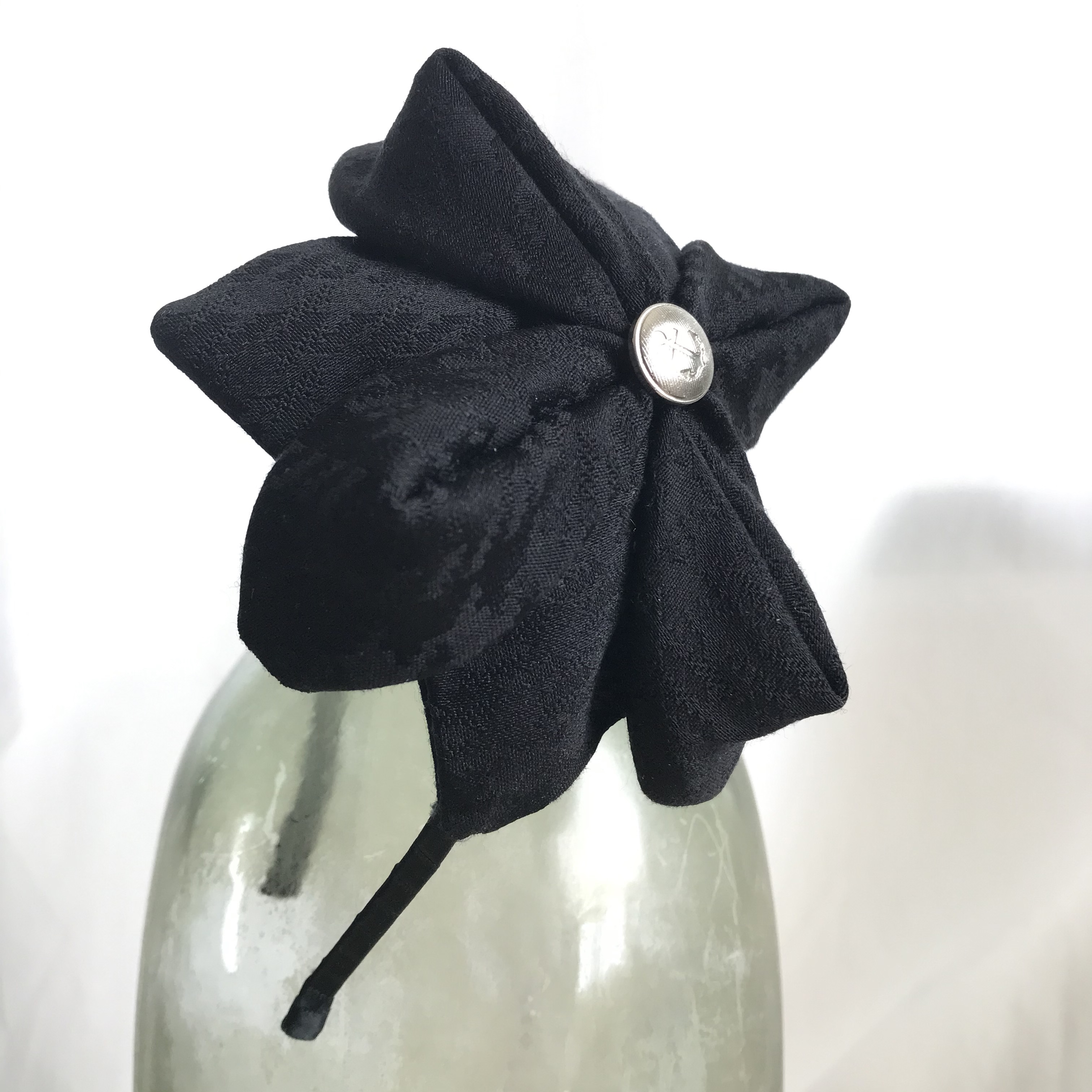 Tyra Therman: Origami-panta, pintakuvioitu musta satiini, ALE