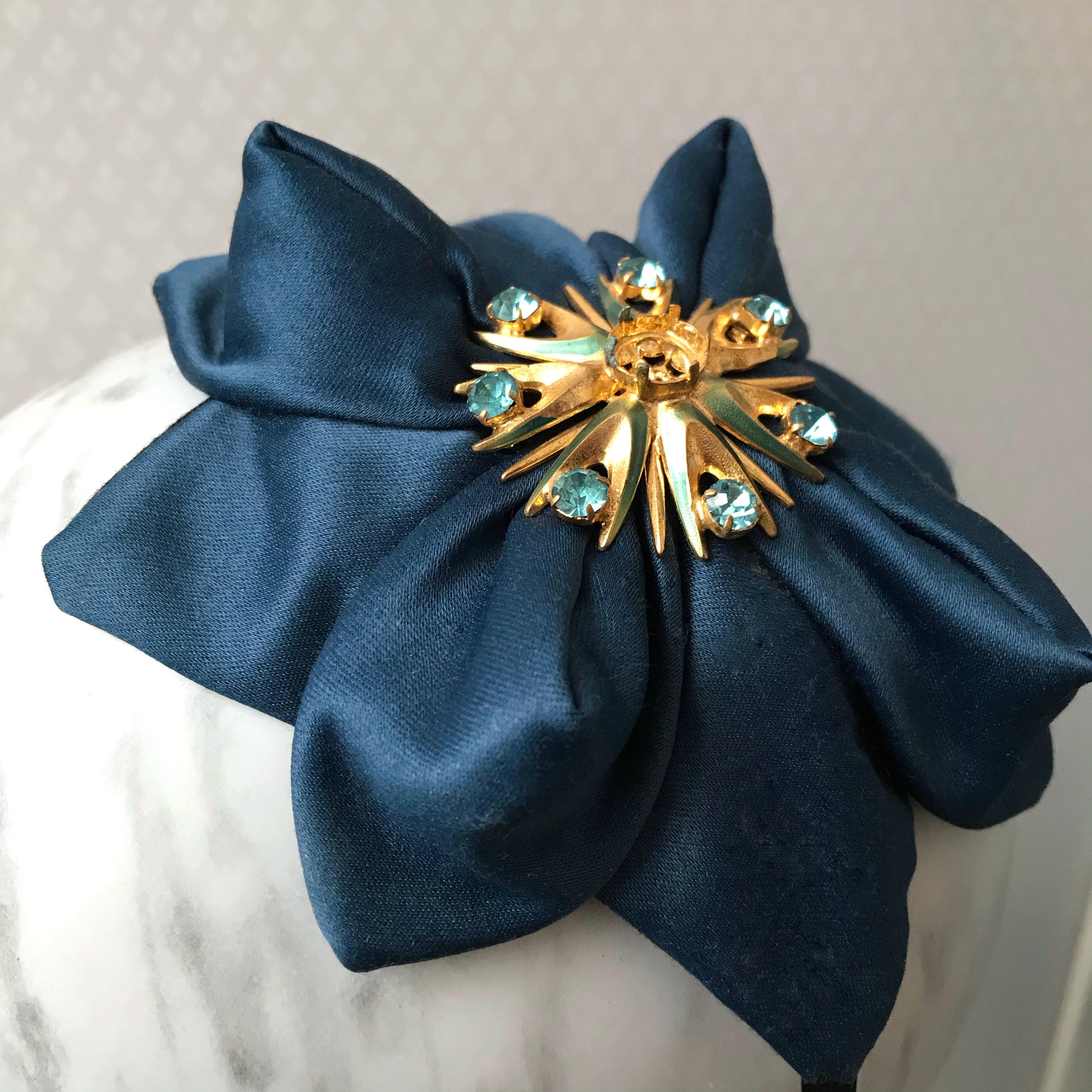 Tyra Therman: Origami-panta, sininen satiini kultakoristeella, ALE