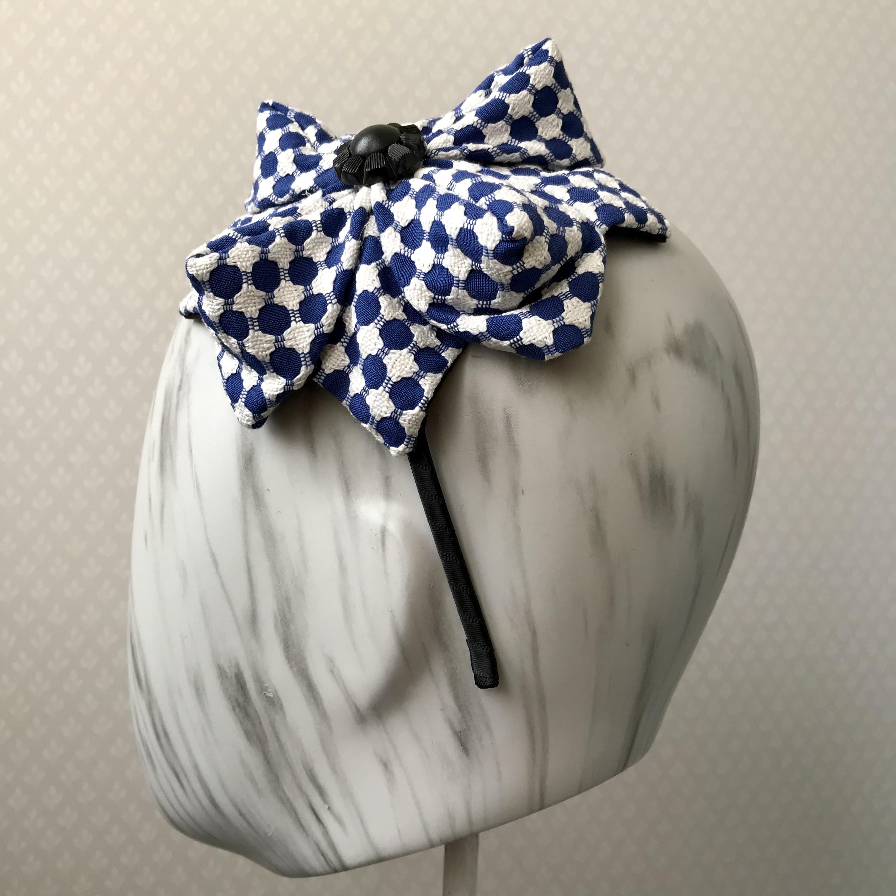 Tyra Therman: Origami-panta, sini-valkoinen mustalla napilla, ALE