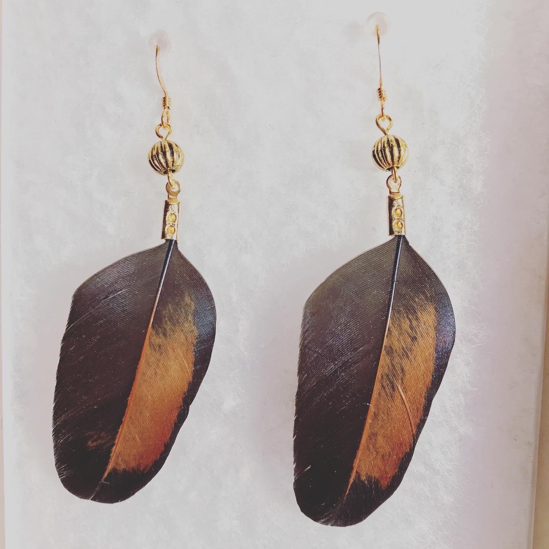 Vuonue: ruskeat Kultakana-korvakorut