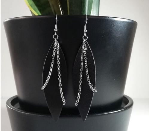 Salmiak Studio: mustat Chain Leaf -korvikset