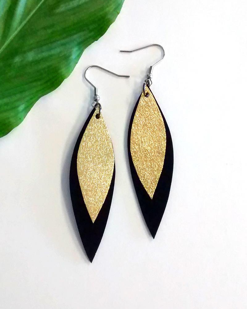 Salmiak Studio: musta-kultaiset Leather Leaf -korvakorut