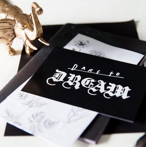 Ainoa Graphic Design: Dare to dream -postikortti