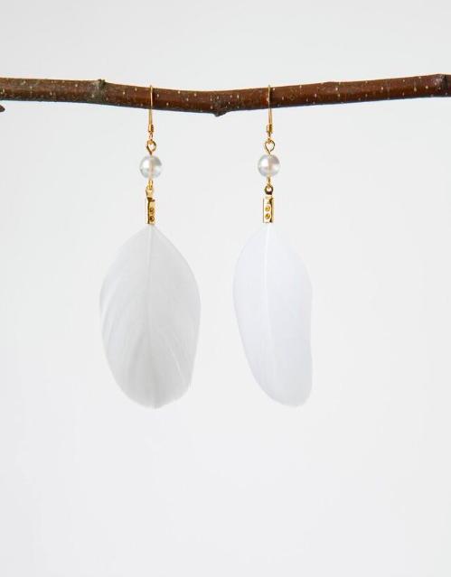 Vuonue: valkoiset Kultakana-korvakorut