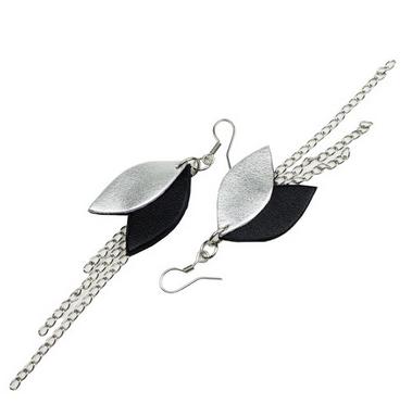 Cobblerina: Lehdykkä-korvakorut ketjulla, musta-hopea
