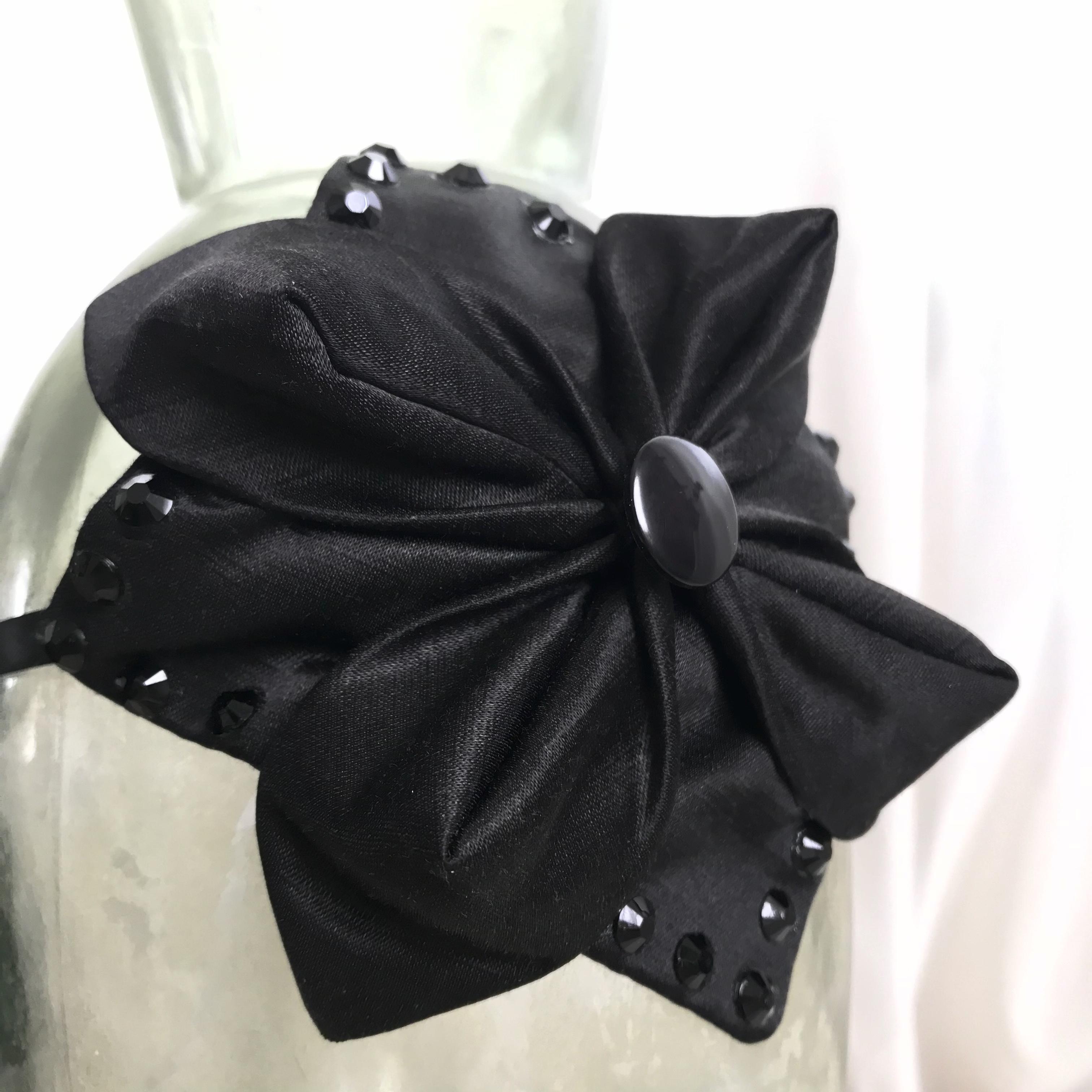 Tyra Therman: Origami-panta, musta satiini strasseilla, ALE
