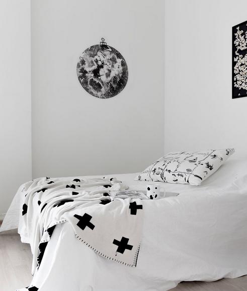 Ainoa Graphic Design: To the Moon and Back - pyöreä juliste