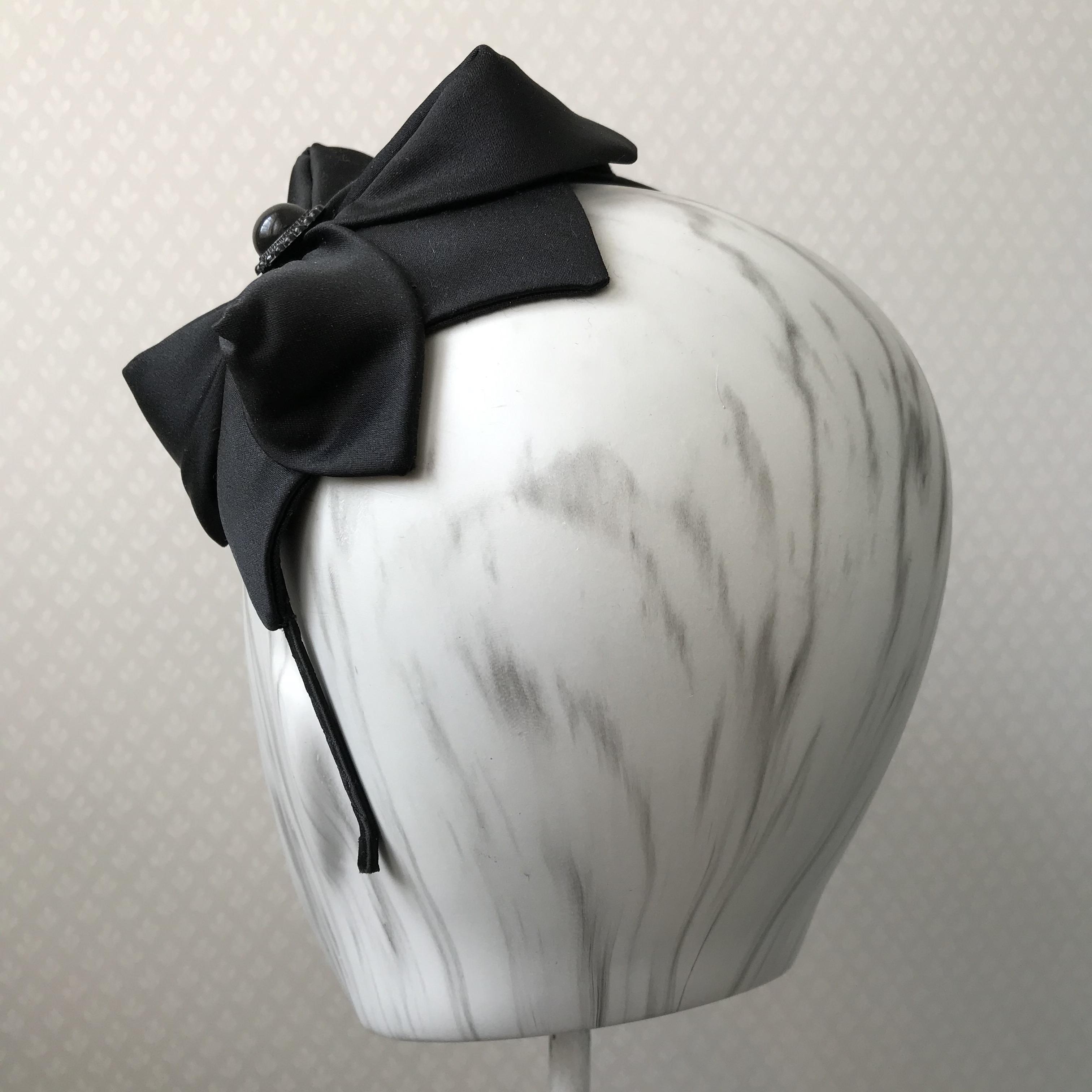 Tyra Therman: Origami-panta, musta satiini koristenapilla, ALE