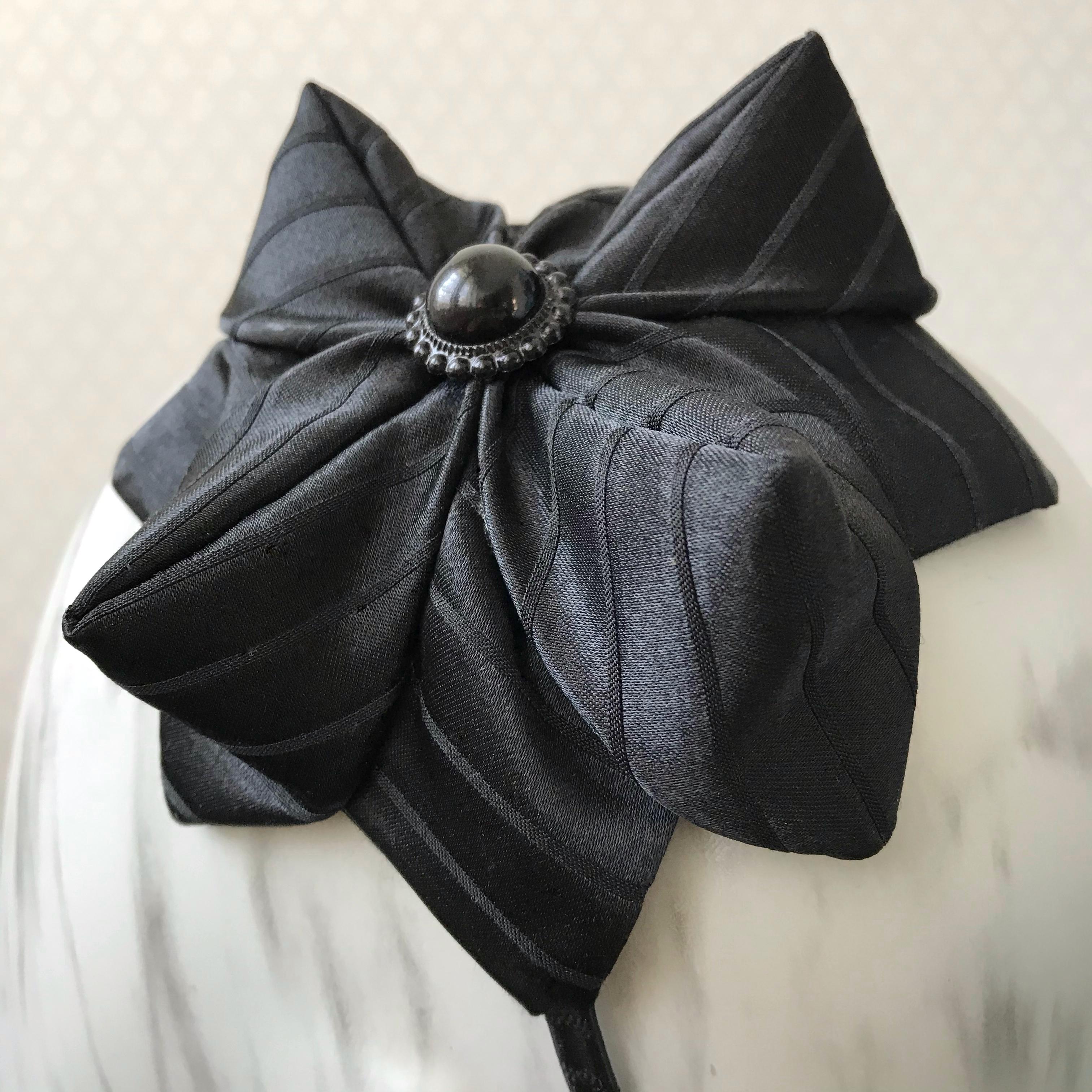 Tyra Therman: Origami-panta, raidallinen musta satiini, ALE