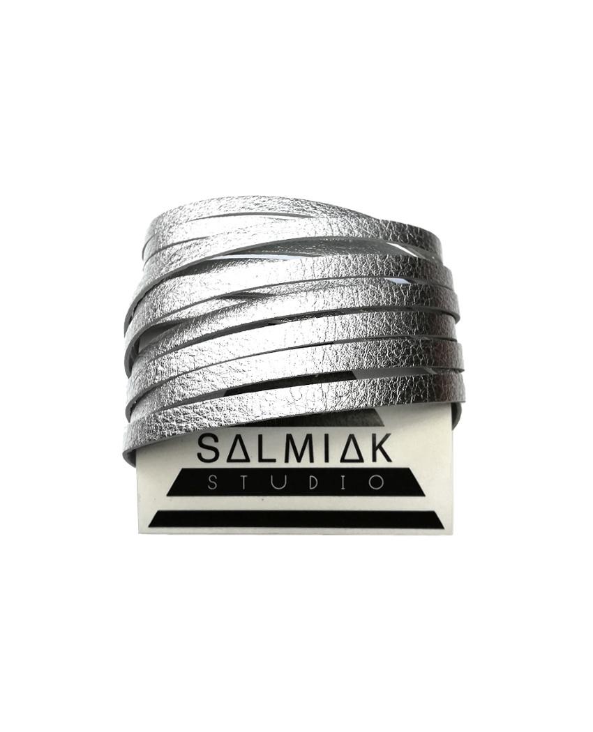 Salmiak Studio: hopeanvärinen Nida-rannekoru poronnahasta