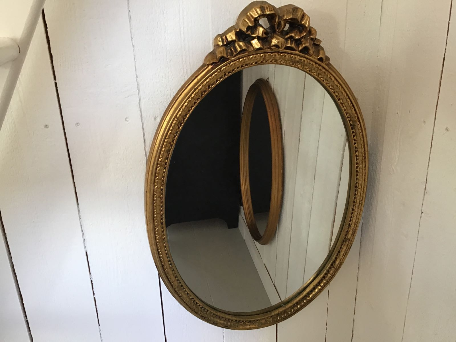 """Spegel oval på höjd med rosett (second hand, vintage, retro) - OBS! Skickas ej - Se vidare """"Hämtas i butik"""" i huvudmenyn"""