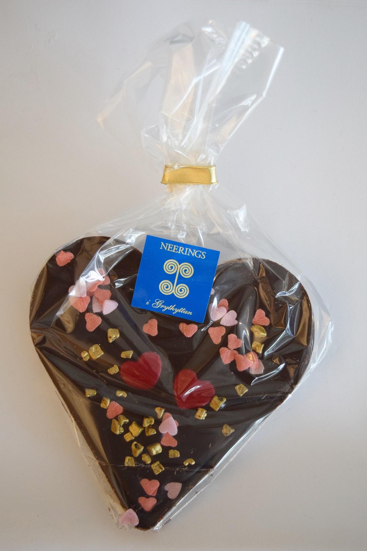 Mörk chokladkaka med chokladhjärtan och guldchoklad