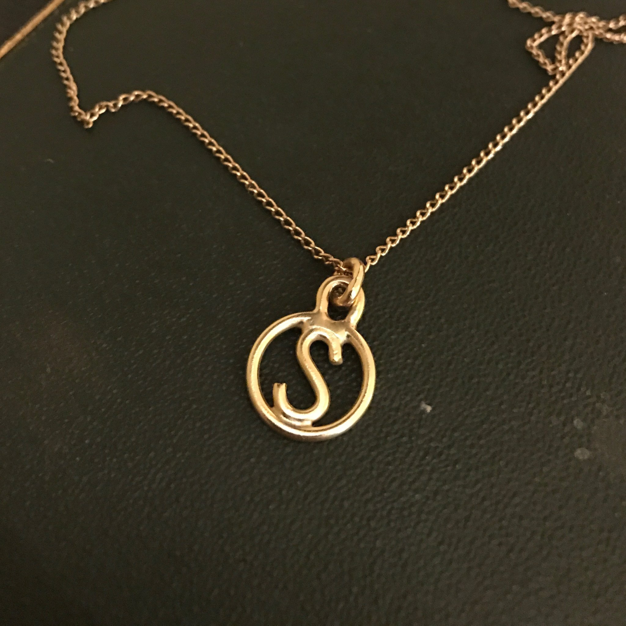 18CT YELLOW GOLD INTIAL PENDANT
