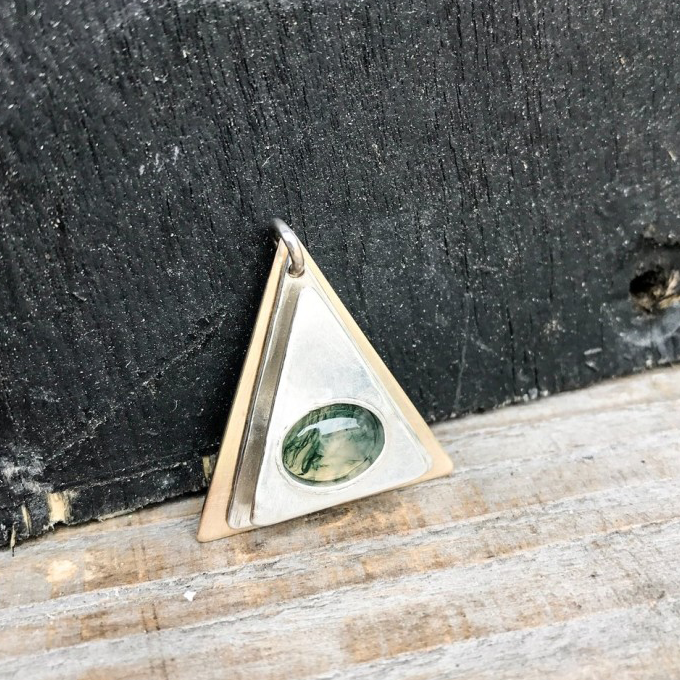 9CT YELLOW GOLD, 925 SILVER AND MOSS AGATE PENDANT