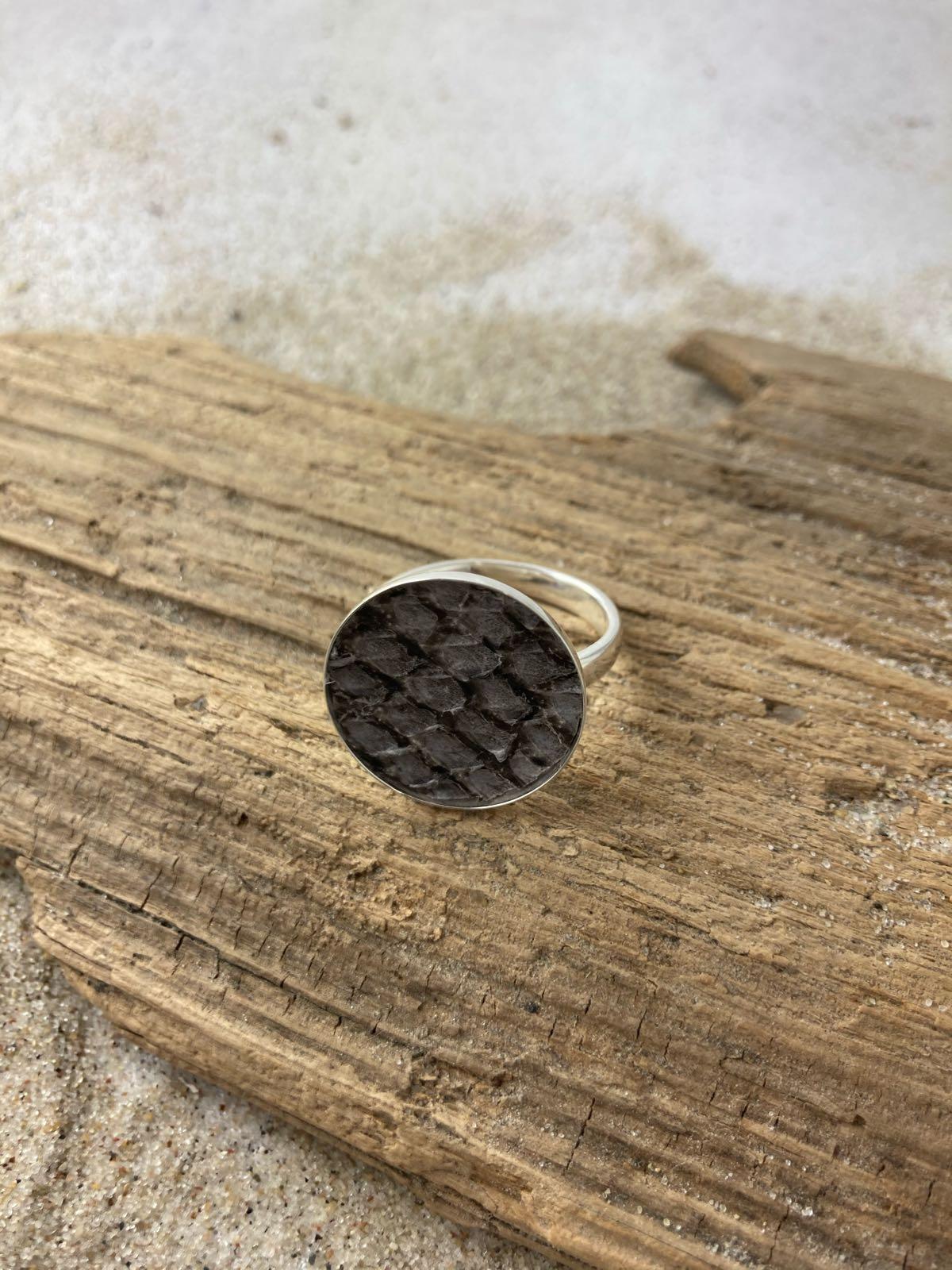 Fischereidesign - Ring, Silberfassung mit Lachsleder grey