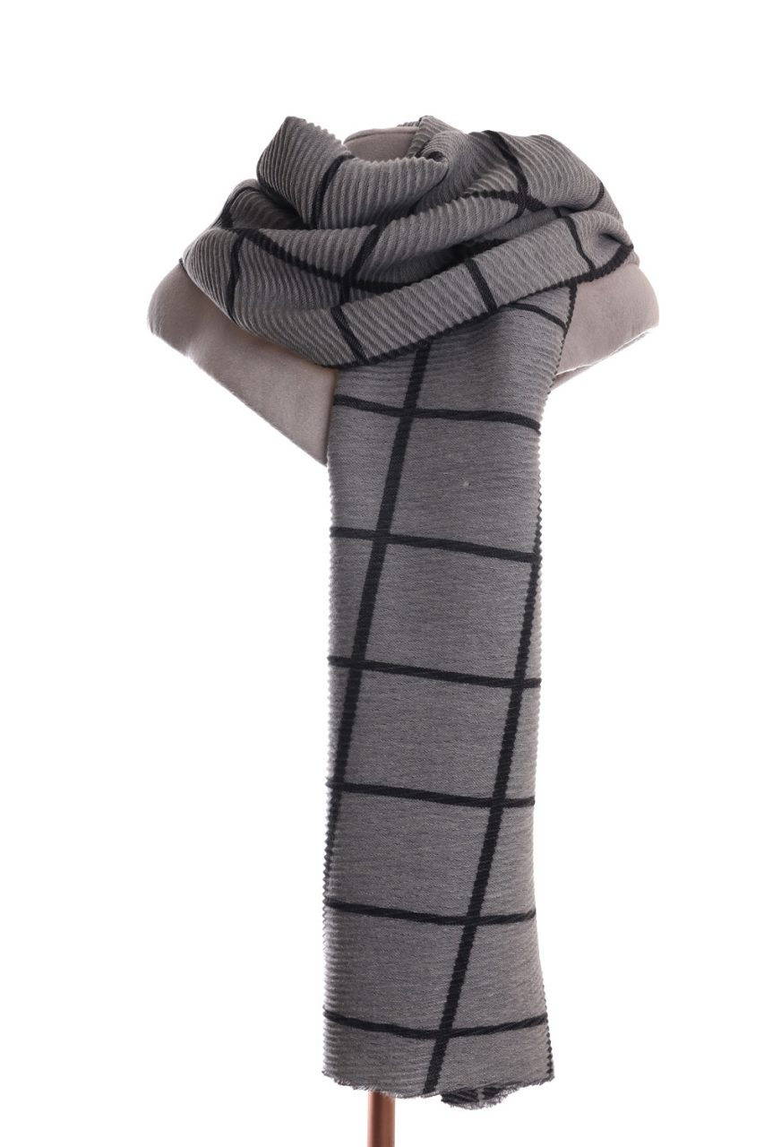 Checked grey scarf with pleats. By Zelly