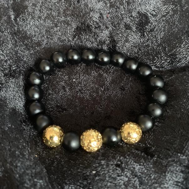 Svart matt armband med guldpläterad lavapärla*