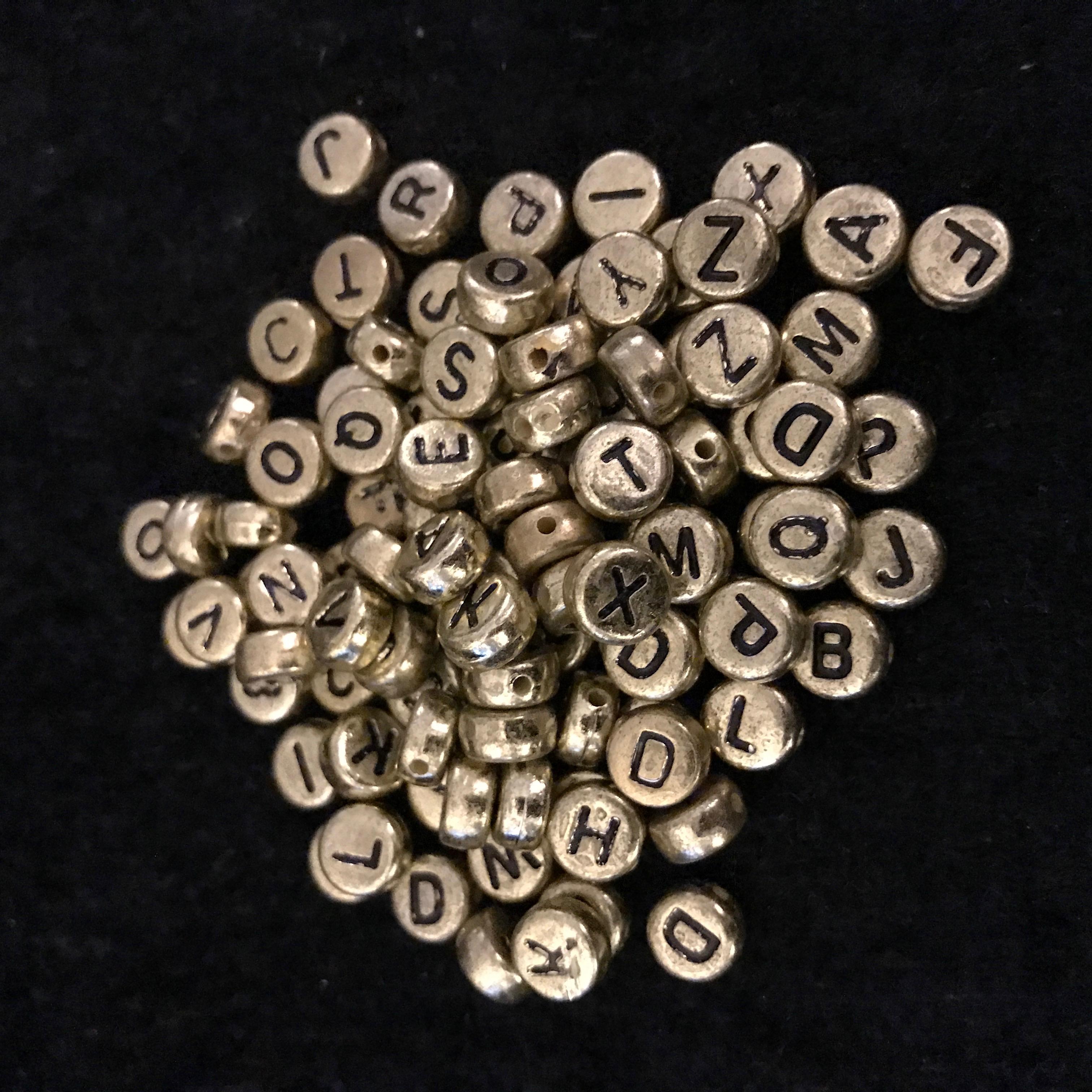 Bokstäver, Guld, svart text