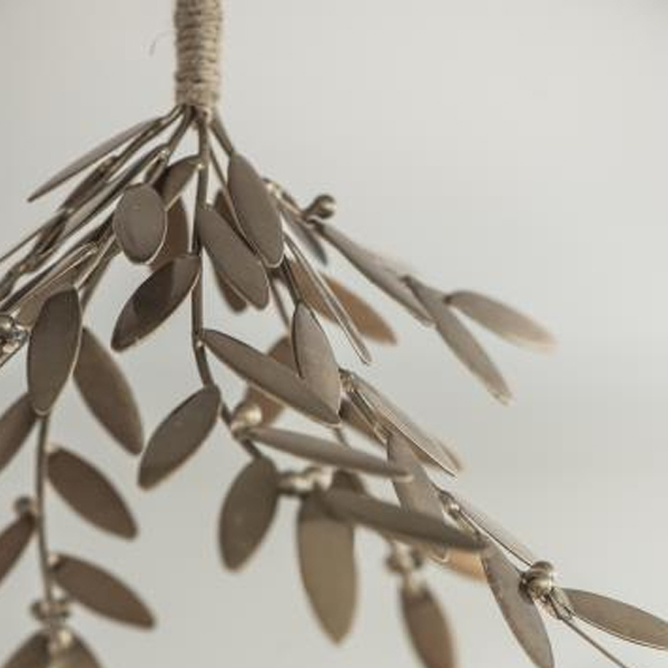 GOLD/METAL HANGING MISTLETOE DECORATION