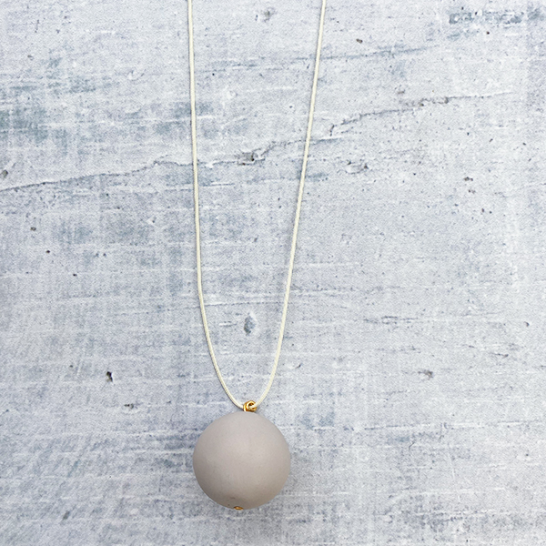 COCOA & GOLD SINGLE BALL NECKLACE WHITE GREY