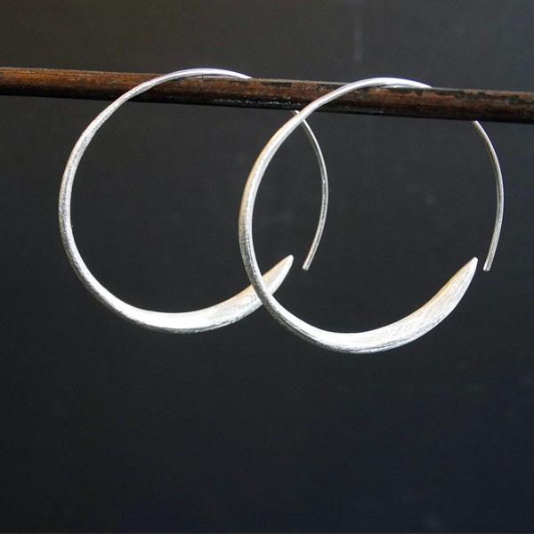 DT5 SM BRUSHED SILVER HOOP EARRINGS
