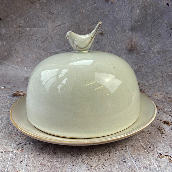 CERAMIC CLOCHE WITH BIRD DETAIL AND BASE PLATE