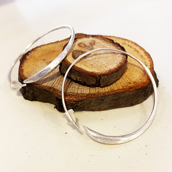 DT5 SM BRUSHED SILVER HOOP EARRINGS