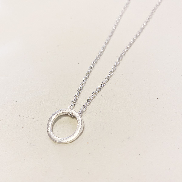 VIC-21 SM BRUSHED SILVER HOOP NECKLACE
