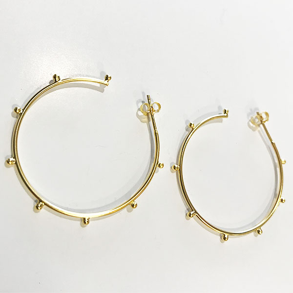 GOLD HOOP EARRINGS WITH BALL DETAIL