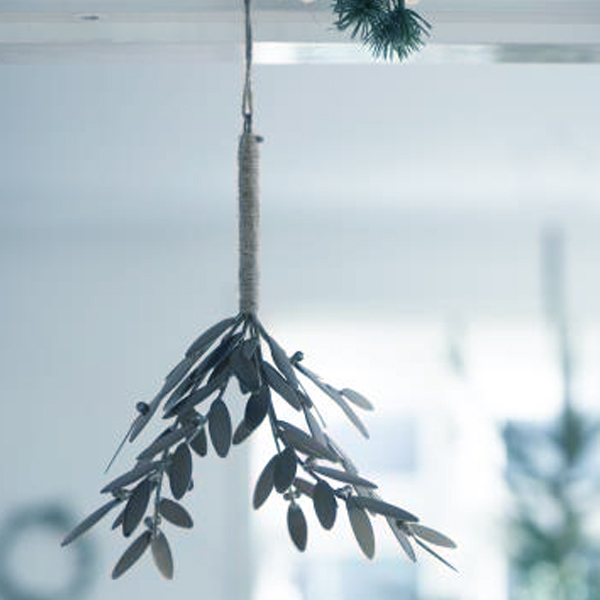 SILVER/ZINC HANGING MISTLETOE DECORATION