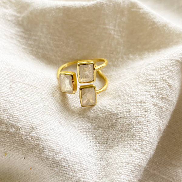 HULLI GOLD RING WITH MOONSTONE