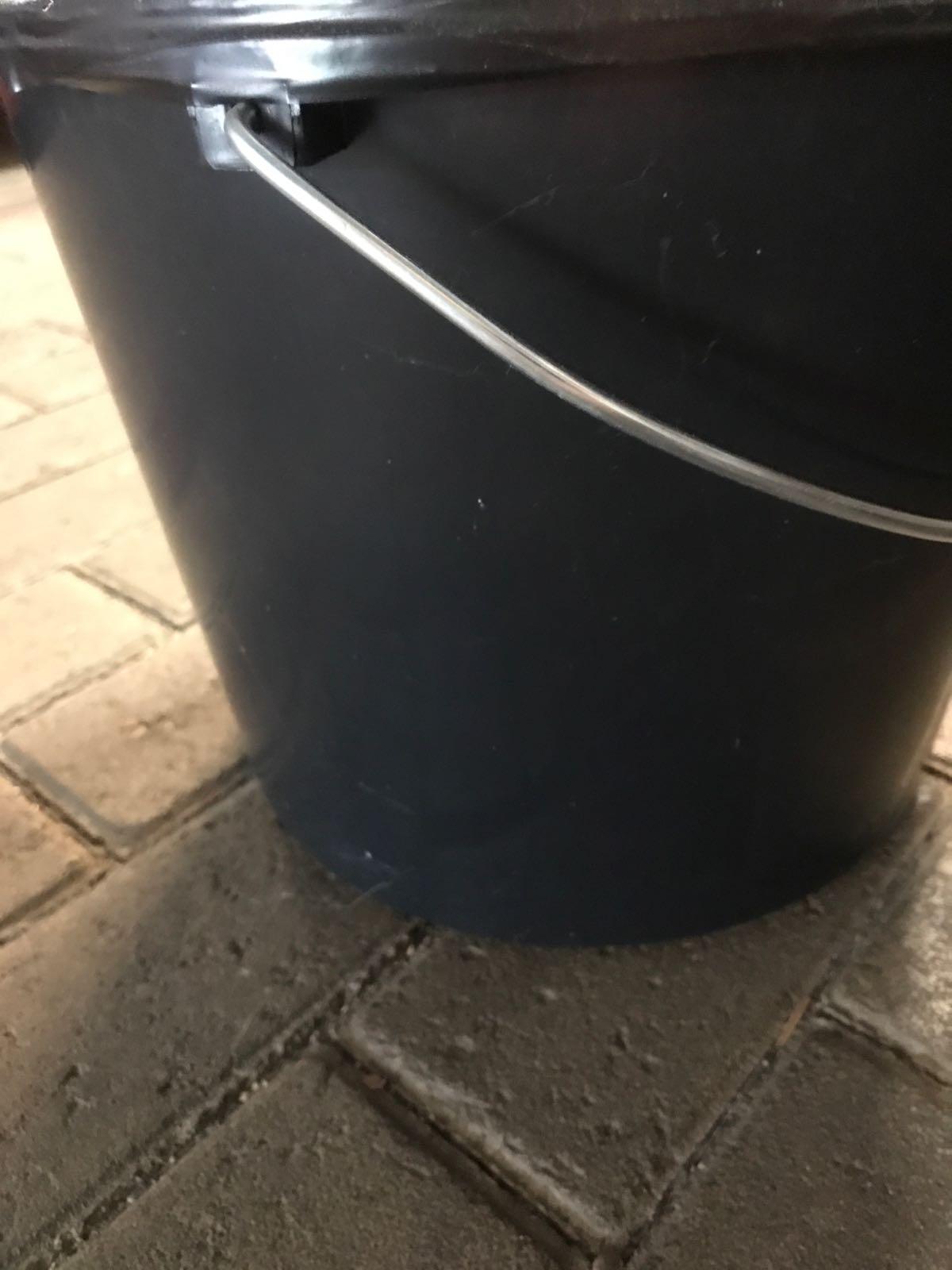 Plasthink svart med metallhandtag