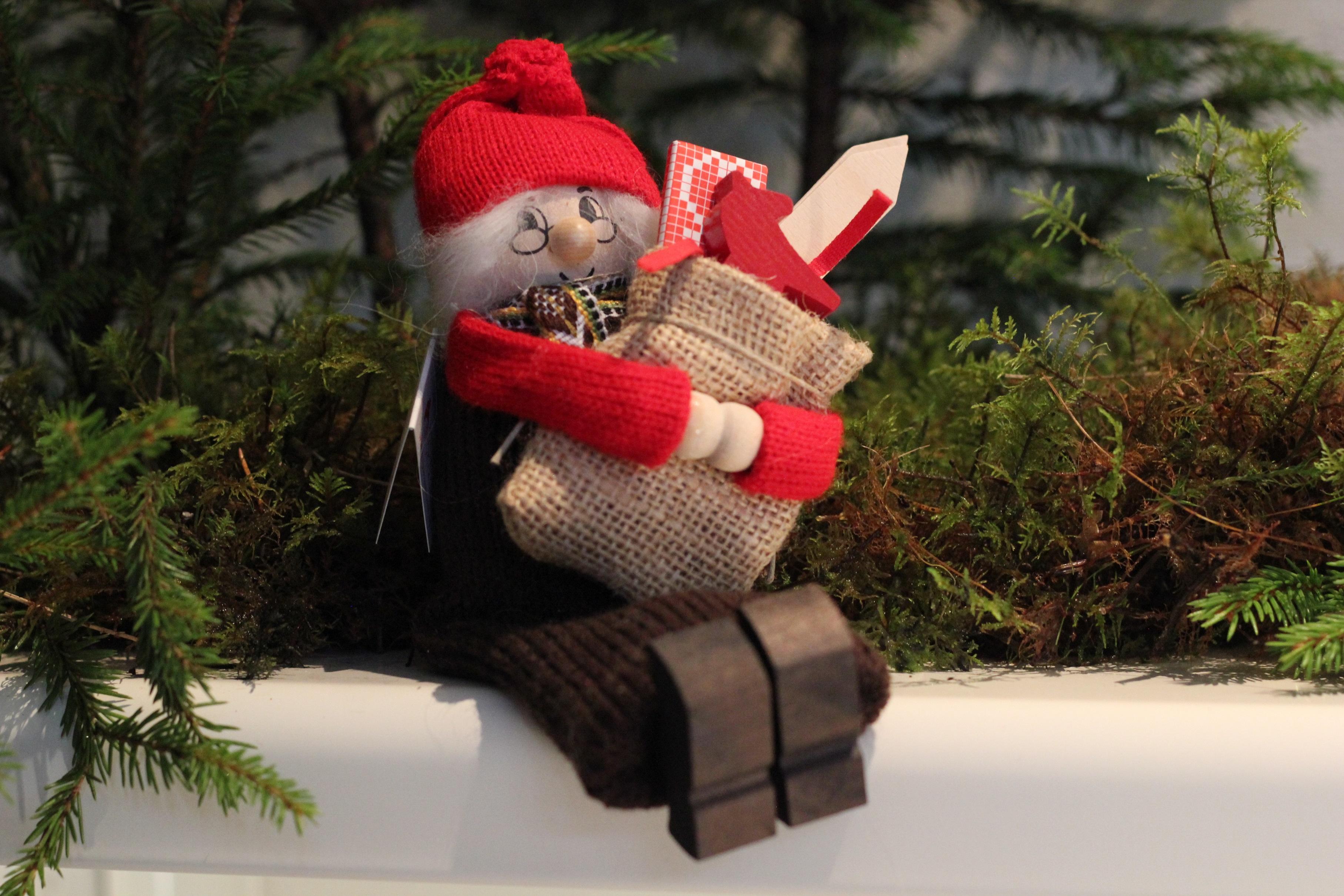 Stor sittande tomtegumma med julklappar