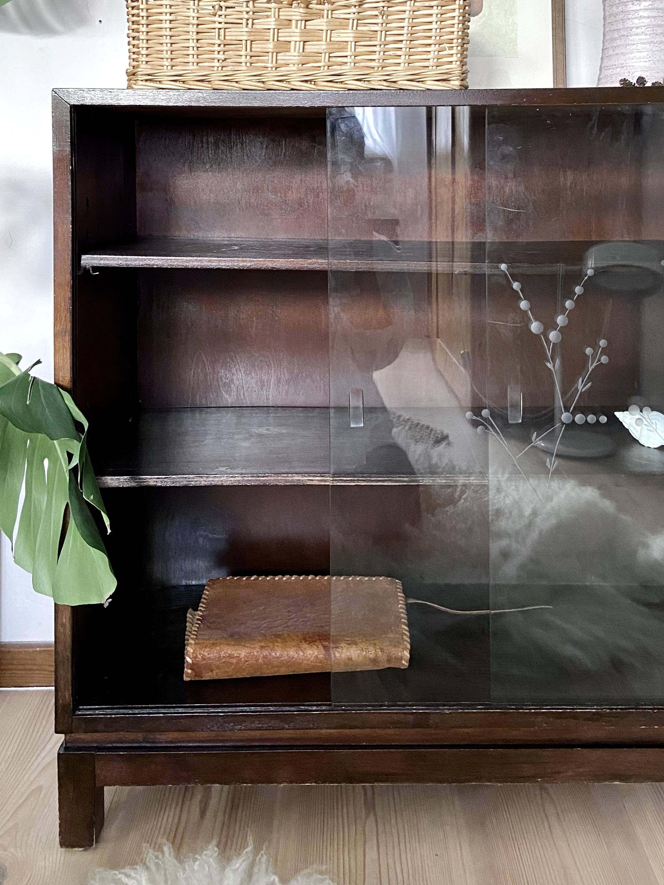 Art Deco bokhylla med skjutdörrar i glas