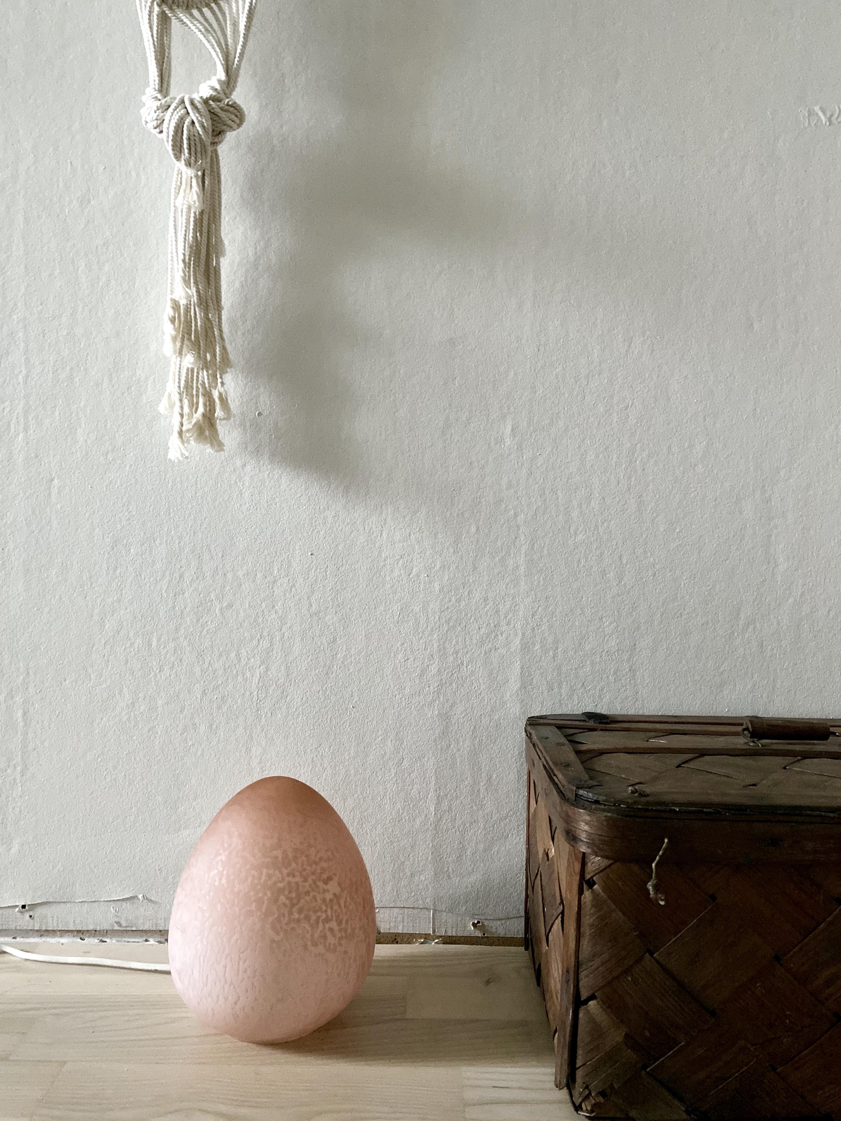 Äggformad bordslampa, rosa glas