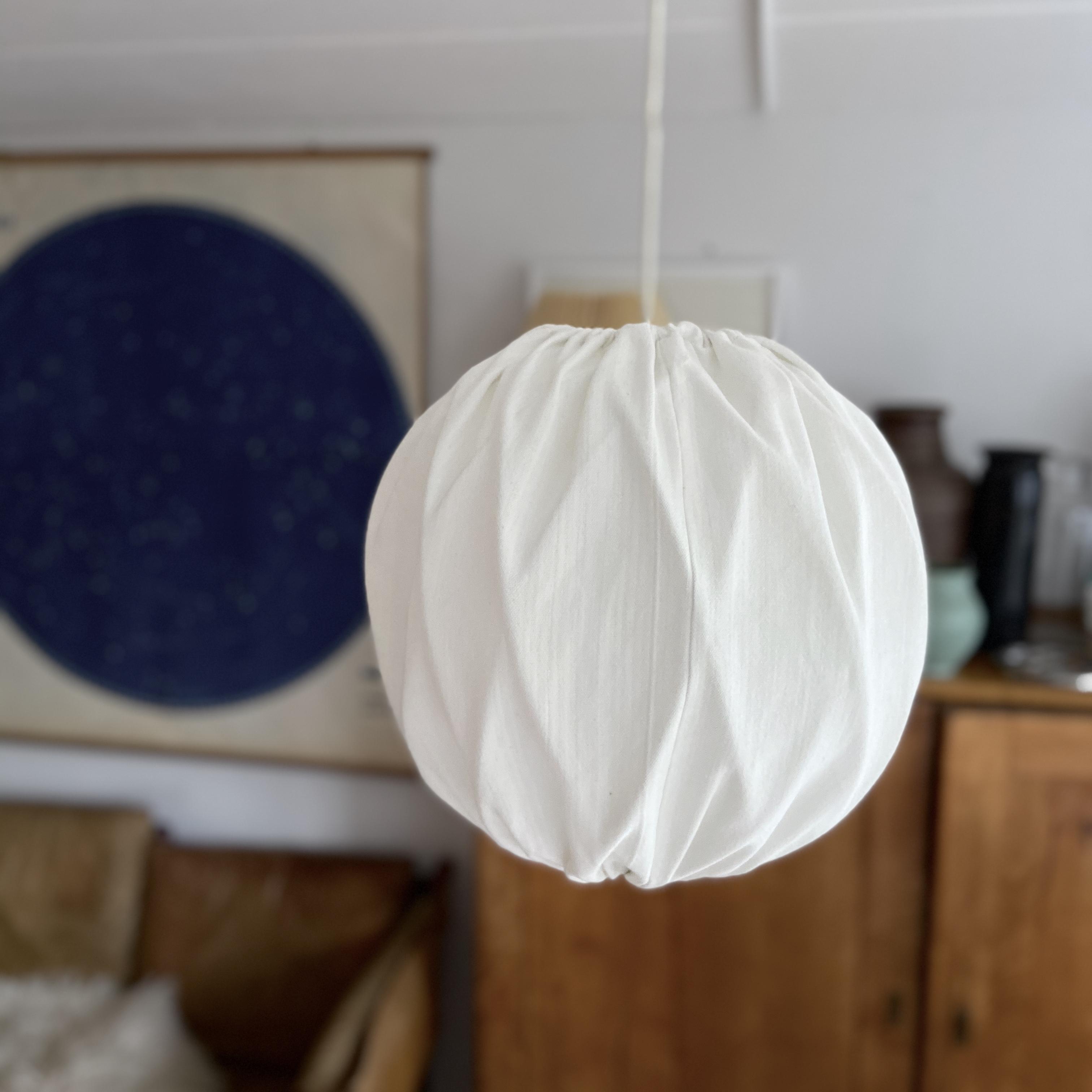 Taklampa med vit tygskärm