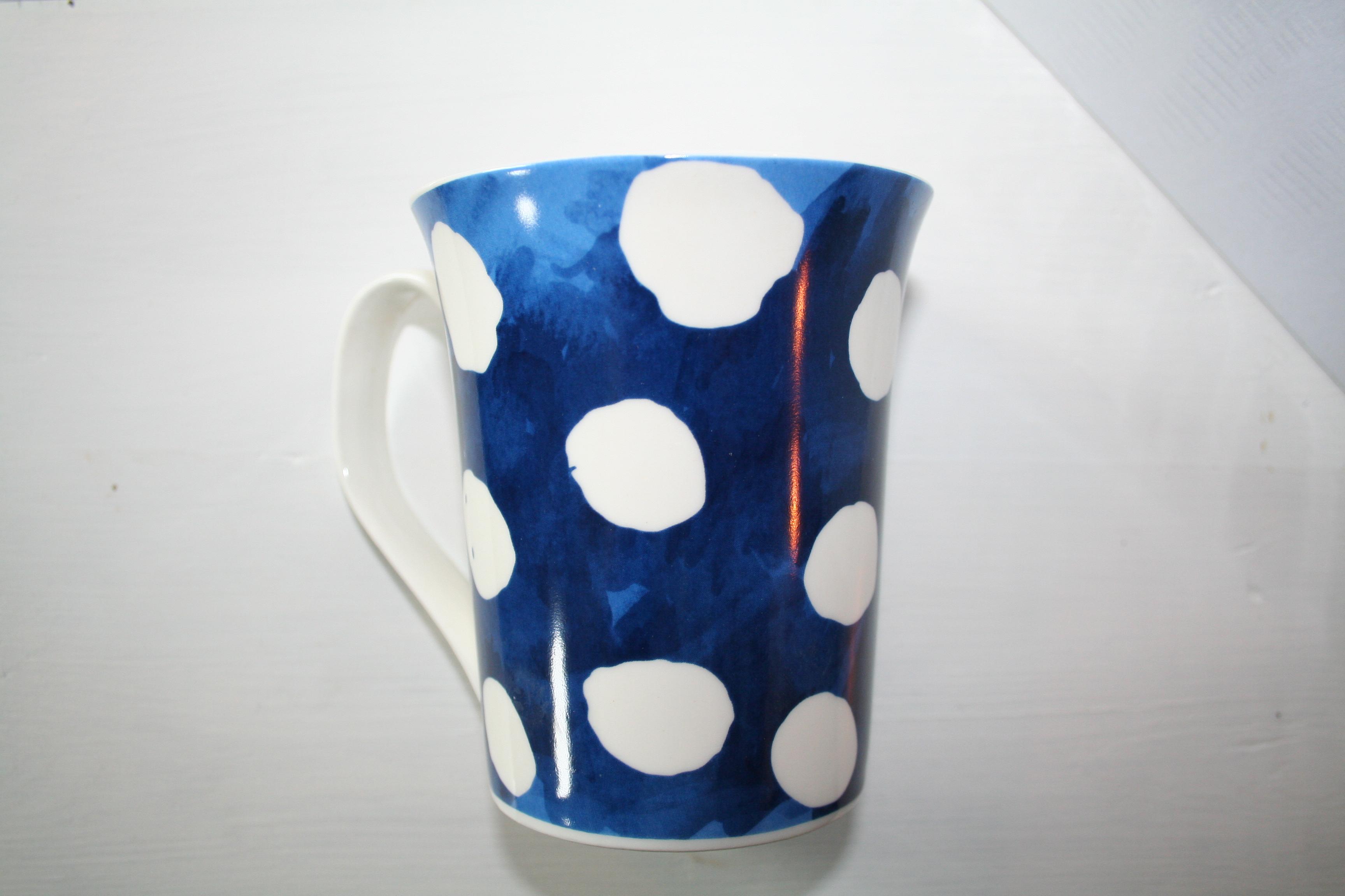 Muggar med handtag, blå med vita prickar