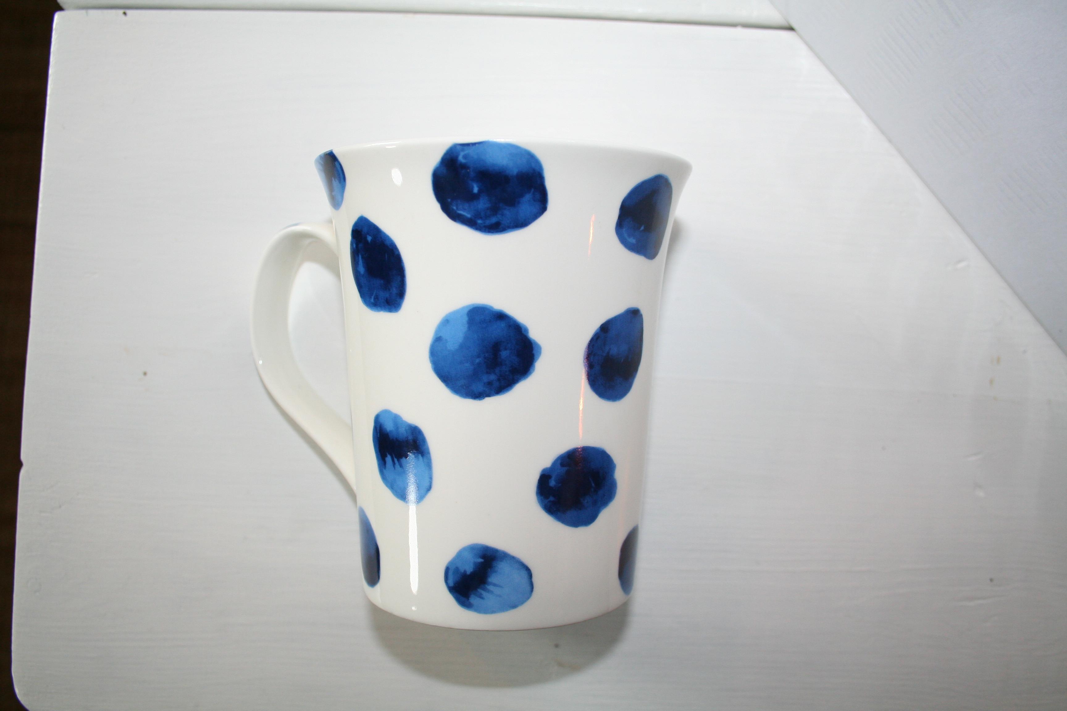 Muggar med handtag, vit med blå prickar