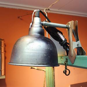 Vägglampa med klämma, industrityp