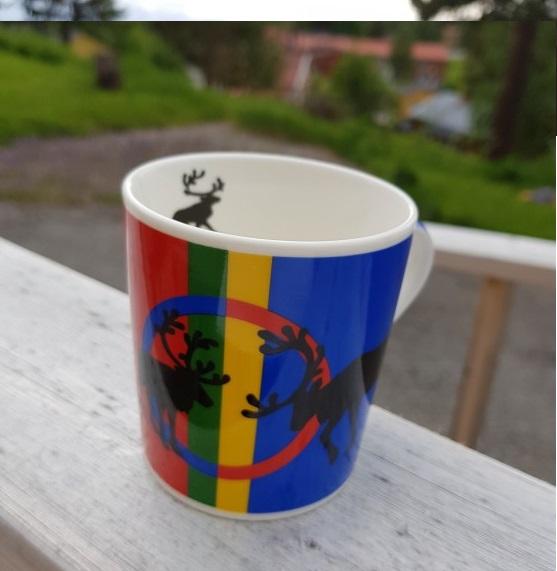 Mugg med renar och samiska flaggan