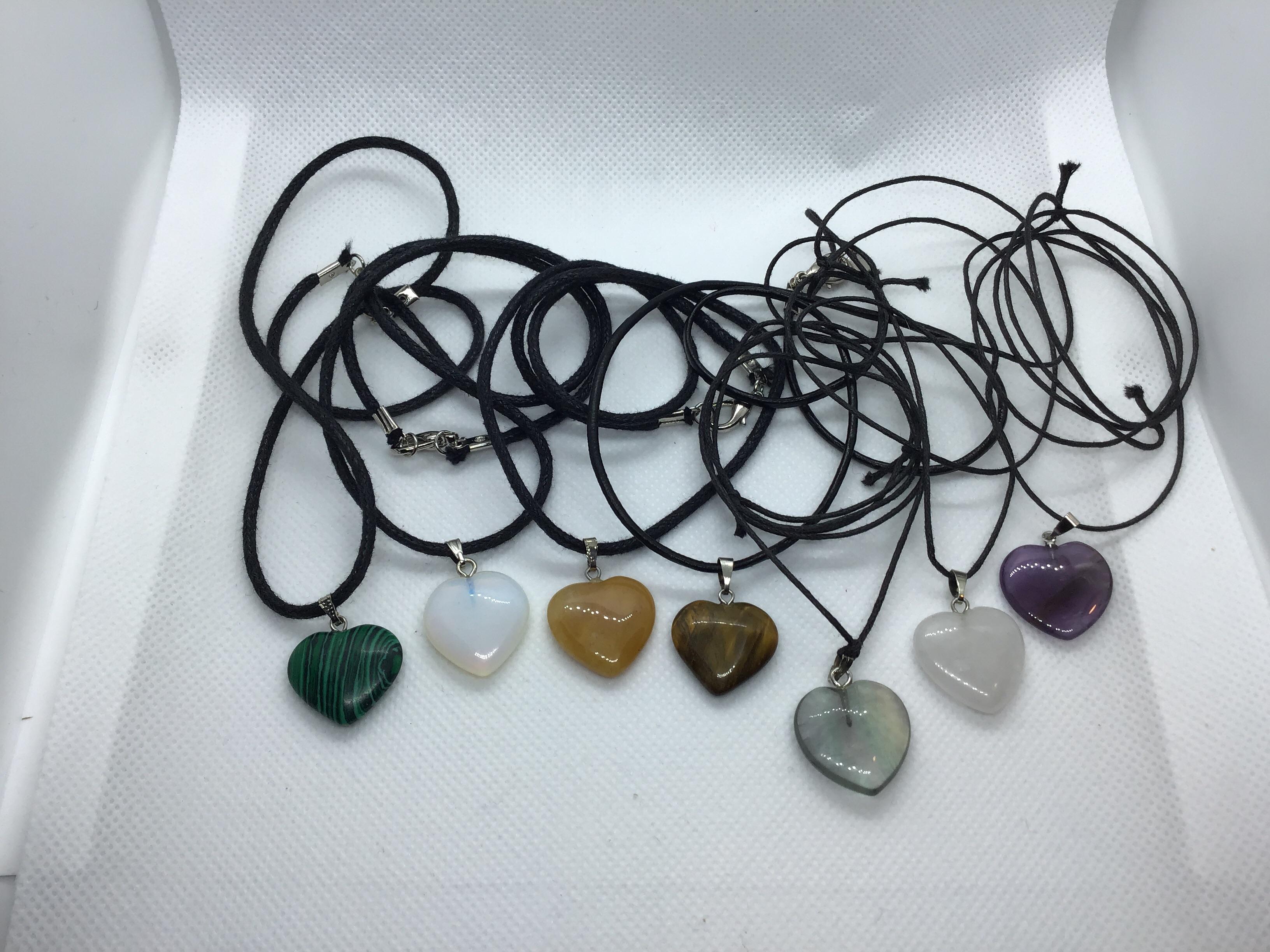 Halsband med hjärtformad stenberlock