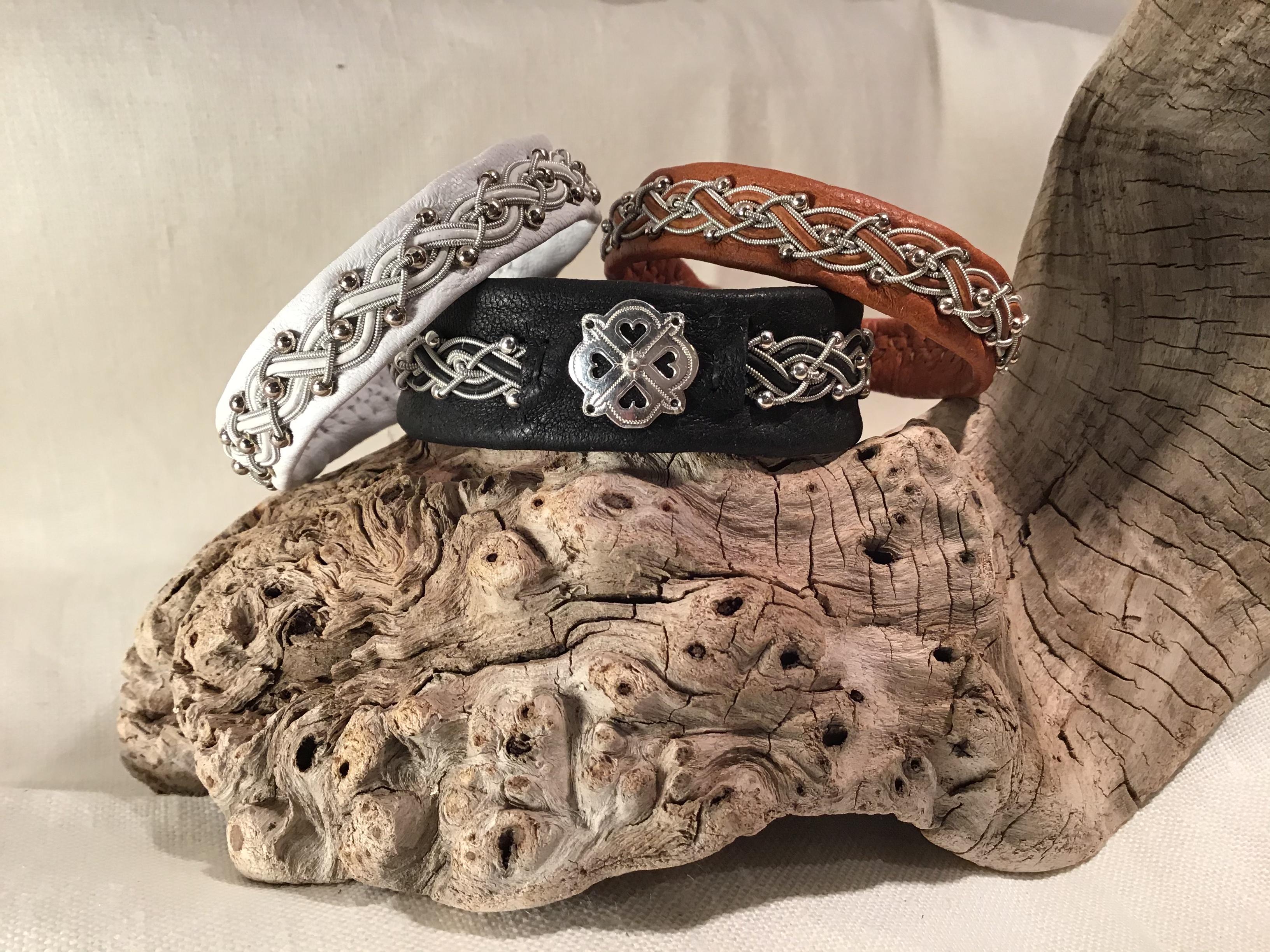Armband med pärlor och rundrem