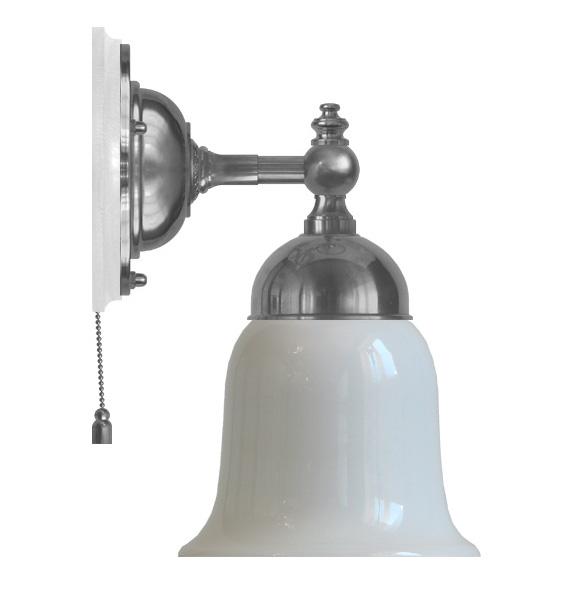 Vegglampen Adelborg forniklet med snorbryter og hvit klokke