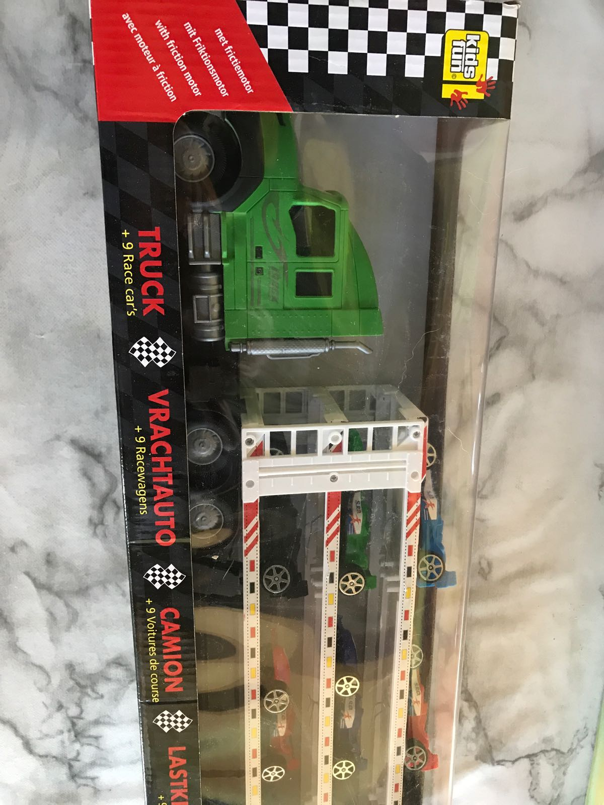 Lastbil med 9 små racecars