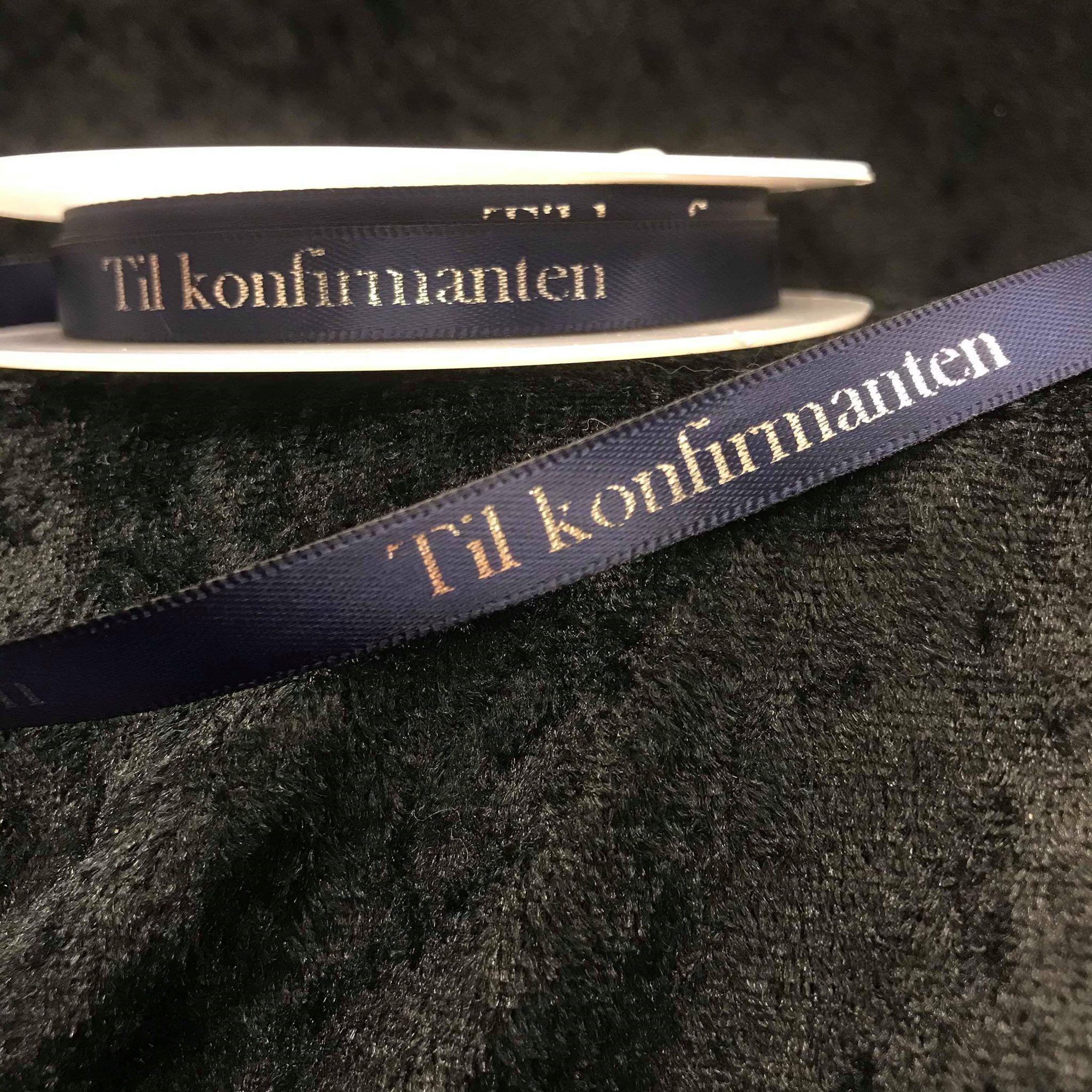 Mørk blått/ navy silkebånd med sølvfarget tekst