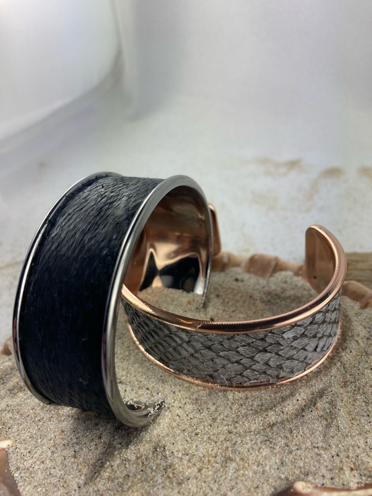Fischereidesign - Armspange Grau Dorschleder glatt